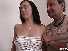 Un hombre desnudo vestido de mujer mexicanos xxx golpea con guantes la piel del pecho, la camisa.